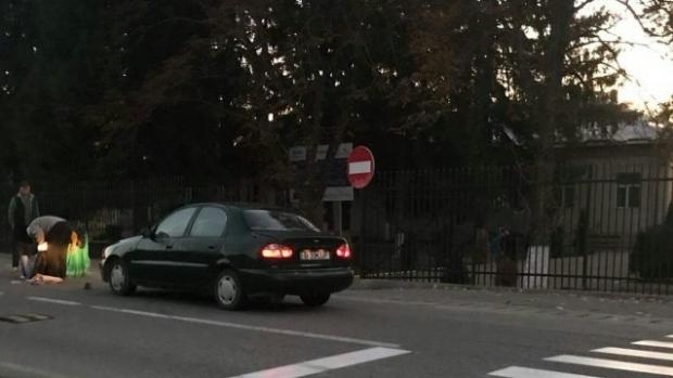 Foto: Elevă lovită de o mașină, chiar pe trecerea de pietoni din fața școlii. A fost aruncată la câțiva metri distanță!
