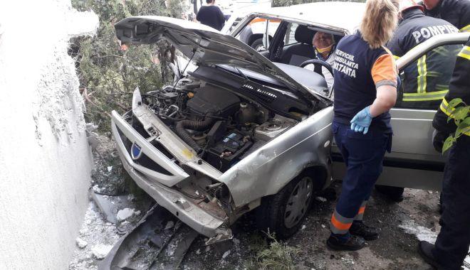 Foto: GRAV ACCIDENT LA CONSTANȚA. Un șofer BĂUT a intrat cu mașina într-un bloc, după ce a piedut controlul volanului