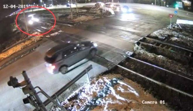 Foto: Scene de coșmar! Șofer, vorbind la telefon, taie milimetric calea trenului!