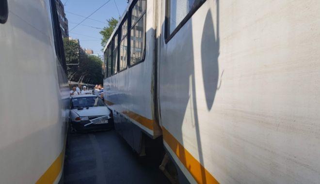 Foto: Accident SPECTACULOS! O mașină a rămas blocată între două tramvaie