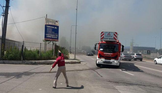 Galerie Foto/Video. ALERTĂ! HALĂ DE PE VARIANTA CONSTANȚEI, CUPRINSĂ DE FLĂCĂRI! Pompier rănit în timpul misiunii