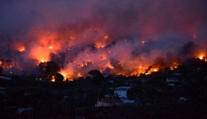 Foto: O mie de turiști evacuați din calea incendiilor din insula Samos, Grecia