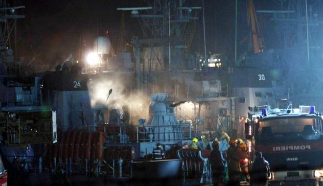 """Foto: Incendiu în portul militar Constanța. DM 24 """"Remus Lepri"""", evacuat"""