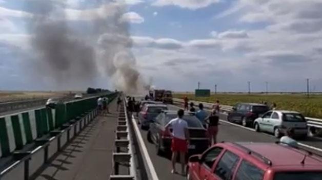 Foto: Circulație îngreunată pe Autostrada Soarelui, după ce o mașină a luat foc