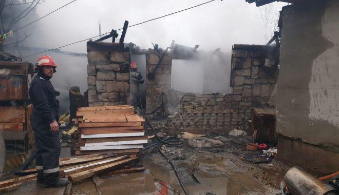 Incendiu puternic la Constanţa. Ard două case - incendiu-1607006620.jpg