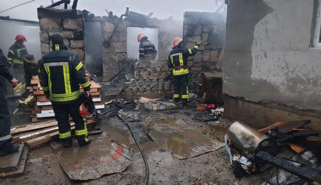 Incendiu puternic la Constanţa. Ard două case - incendiu1-1607006670.jpg
