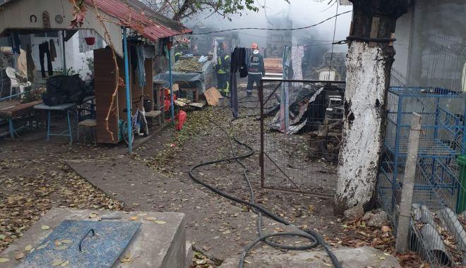 Incendiu puternic la Constanţa. Ard două case - incendiu3-1607006692.jpg