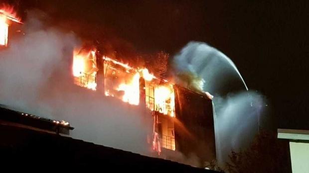 Pompierul rănit în incendiul devastator de ieri va fi operat! - incendiubloc22851500-1536479536.jpg