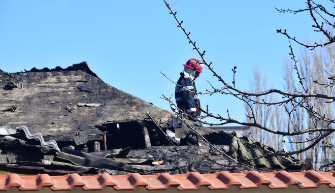 Foto: Luptă contracronometru cu flăcările. Acoperișul unei case a fost distrus