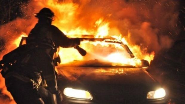 Foto: ACCIDENT RUTIER GRAV. Două autovehicule au luat foc, după ce s-au ciocnit. Patru persoane, rănite grav
