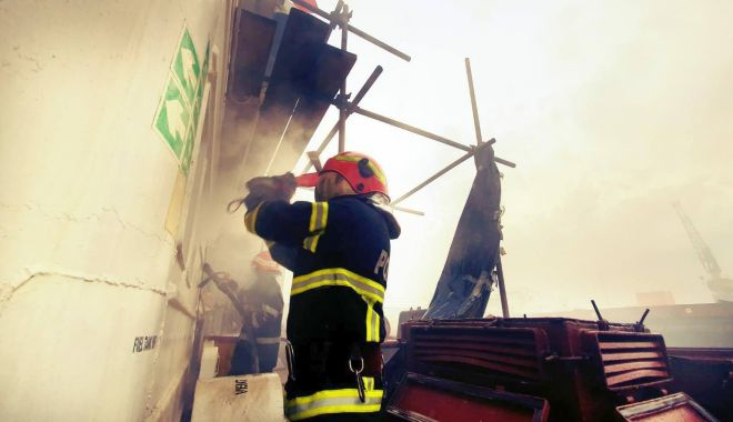 Incendiu în portul Midia. Pompierii s-au luptat mai bine de opt ore cu flăcările! - incendiumidiasursaisudobrogea-1589987457.jpg