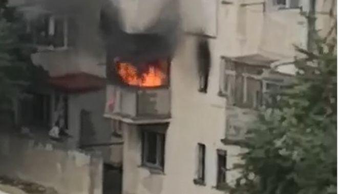 Foto: Incendiu violent la Năvodari! Două persoane intoxicate cu fum și o garsonieră distrusă