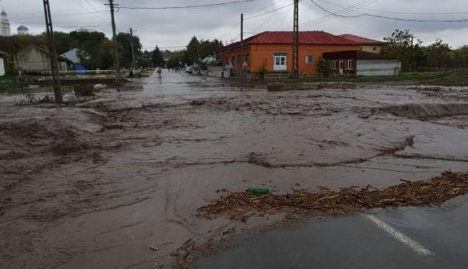 GALERIE FOTO / Inundaţii şi copaci căzuţi pe mai multe drumuri, în Constanţa - inundatii-1603704471.jpg