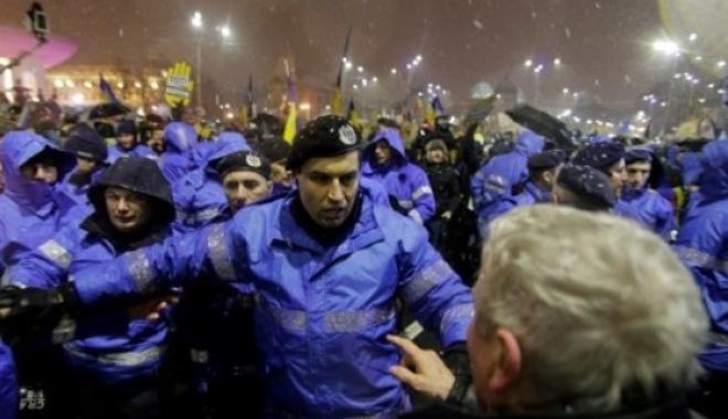 Justițiar sau agresor? De ce nu au dat cu pumnii și ceilalți jandarmi? De ce colegii l-au tras din fața manifestanților? - jandarm-1516791432.jpg