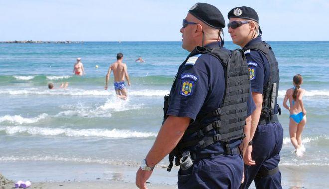 Foto: Jandarmii patrulează pe litoral. Comercianții ambulanți, amendați la rând!