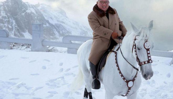 Foto: Kim Jong Un sfidează sancțiunile călare pe un cal alb, pe muntele sacru Paektu