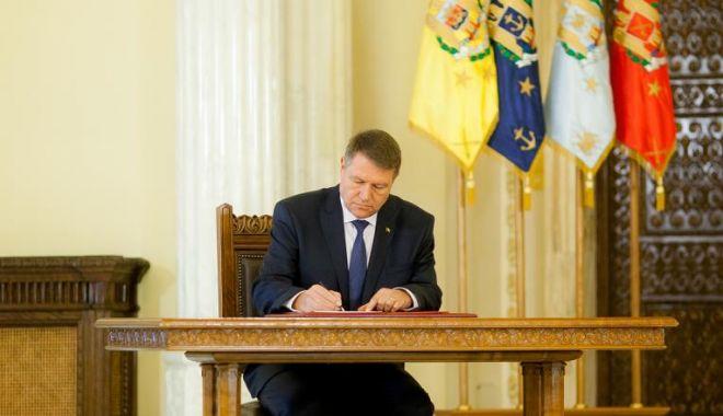 Foto: Klaus Iohannis a promulgat legea care interzice pentru doi ani vânzarea de acțiuni de la companiile de stat