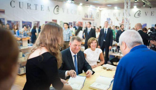 Foto: Președintele Klaus Iohannis lansează cea de-a treia carte a sa