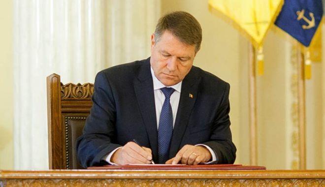Decretul privind demiterea lui Vlad Voiculescu, semnat de preşedinte - klausiohannissemneaza-1618394598.jpg