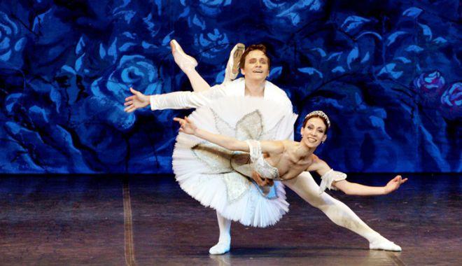 """Foto: Balerinii din Sankt Petersburg aduc """"Lacul Lebedelor"""" la Casa de Cultură din Constanța"""