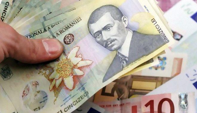 Foto: Leul mușcă din dolar și franc elvețian, dar e ciupit de euro