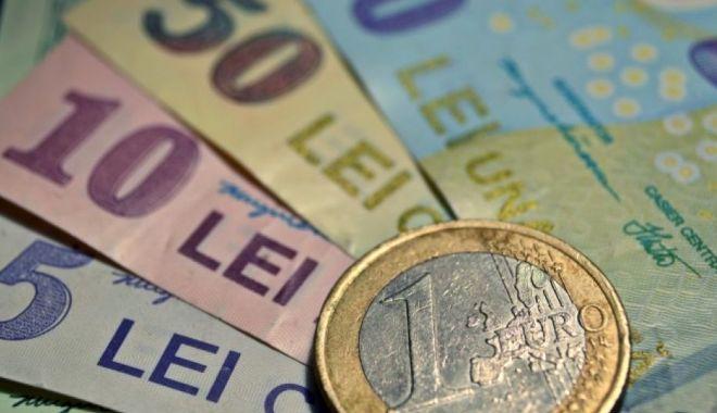 Foto: Leul mușcă din dolar și franc elvețian, dar e pișcat de euro