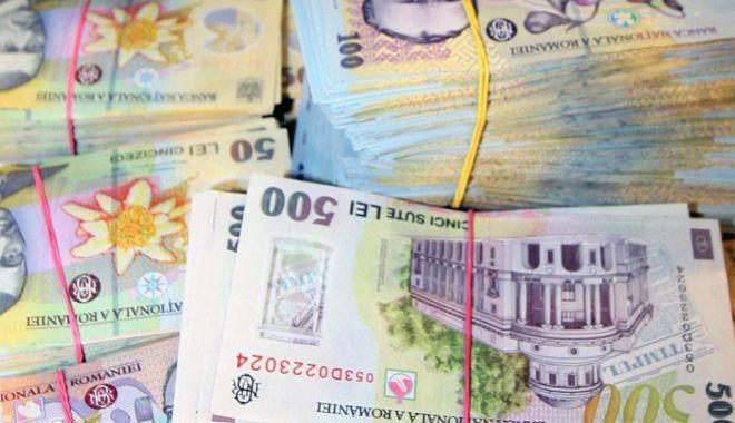 Foto: Leul cedează la euro, dar mușcă adânc din dolar și franc elvețian