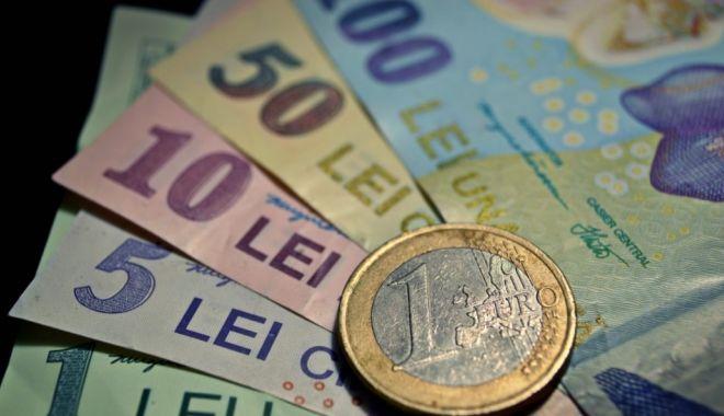 Foto: Leul pierde la euro și dolar, dar ciupește din francul elvețian
