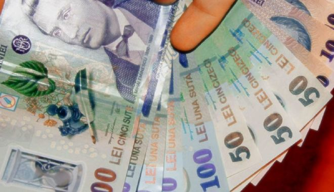 Foto: Leul pierde la euro și francul elvețian, dar câștigă la dolar