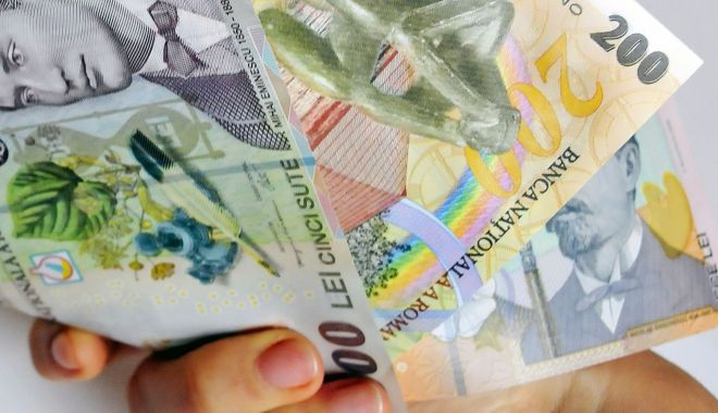 Foto: Leul câștigă la euro și franc elvețian, dar cedează în lupta dolarul
