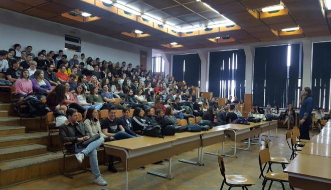 """Foto: Caravana SNSPA  la Liceul """"Callatis"""" Mangalia. Lecții  de business și PR  pentru viitori  practicieni de succes"""