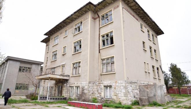 Devastată și lăsată pradă dezastrului! Invazia romilor, în loc de educație - liceulgheorgheduca10-1492783238.jpg