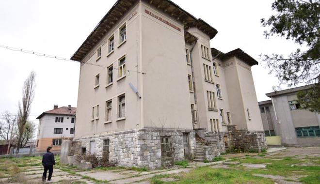 Devastată și lăsată pradă dezastrului! Invazia romilor, în loc de educație - liceulgheorgheduca9-1492783231.jpg