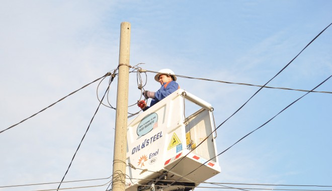 Foto: Șase indivizi, reținuți pentru distrugerea unui stâlp de înaltă tensiune