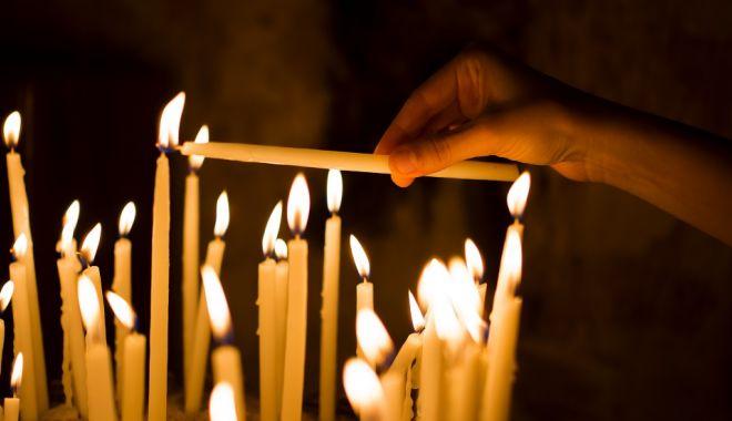 Foto: Patriarhia Română recomandă evitarea sărutării icoanelor din biserică