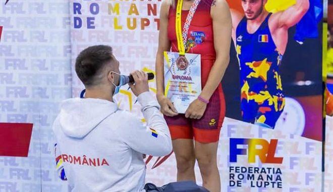 Lupte / Sportivă cerută în căsătorie chiar pe podiumul de premiere! - lupte-1603631070.jpg
