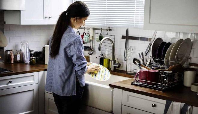 Din 2023 lucrătorii din gospodării vor plăti impozit pe venit şi contribuţii sociale - maidcleaningkitchen1200x801-1623162559.jpg