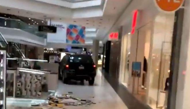 Un tânăr a intrat cu mașina într-un mall și A DISTRUS tot ce-i statea în cale! - mall13600900-1569145035.jpg
