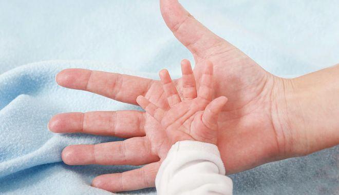 O femeie care a avut COVID-19 a născut un bebeluș cu anticorpi la boală - mana-1606666509.jpg