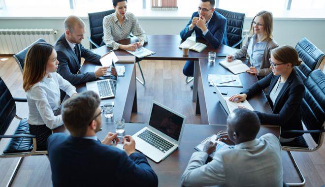 Foto: Managerii privesc cu neîncredere viitorul pe termen scurt al economiei