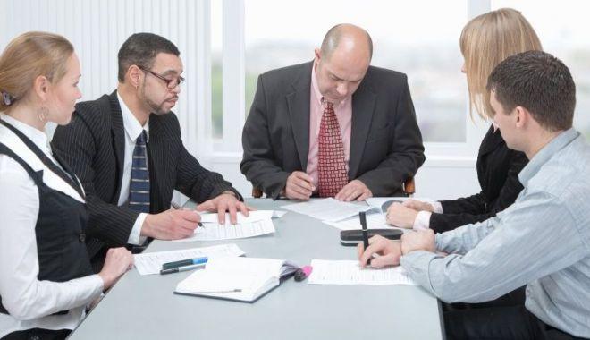 Foto: Managerii privesc cu încredere viitorul pe termen scurt al economiei