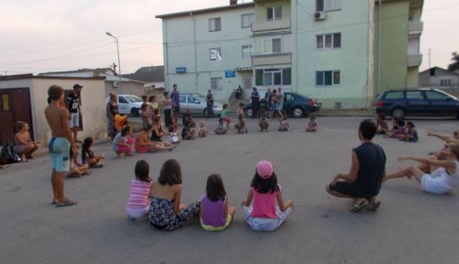 Activități artistice și educative pentru copiii nevoiași - mangalia6-1440065149.jpg