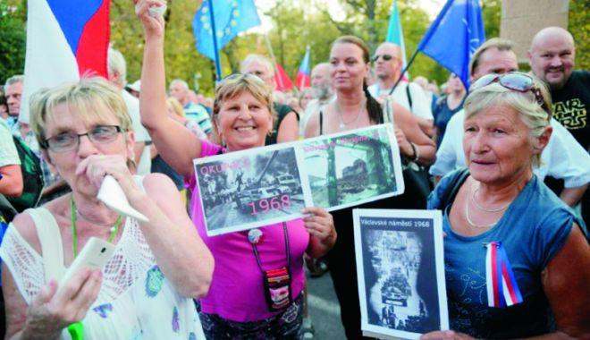 """Foto: Manifestație în fața ambasadei Rusiei. 50 de ani de la înăbușirea """"Primăverii de la Praga"""""""
