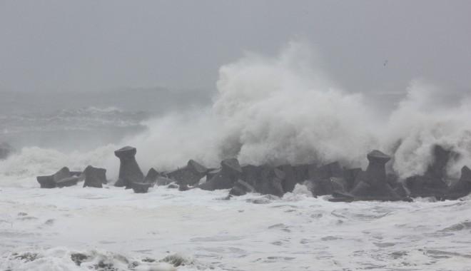 Valuri de peste șapte metri la Marea Neagră / FOTOGRAFII SENZAȚIONALE - marea3-1327568984.jpg