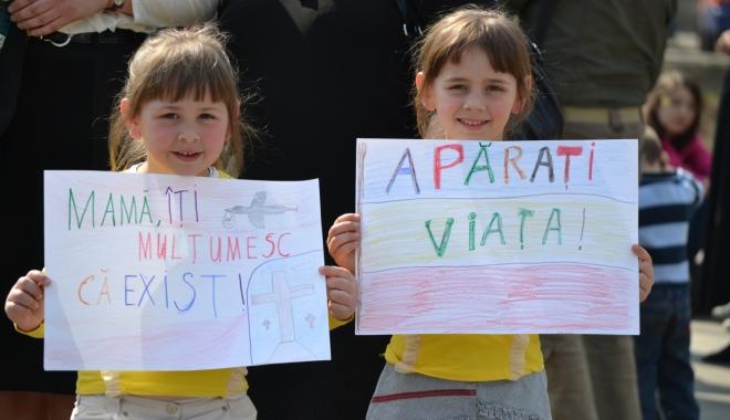 """Foto: """"AJUTĂ MAMA ȘI COPILUL! EI DEPIND DE TINE!"""". Când va avea loc cel mai mare marș al Patriarhiei Române"""