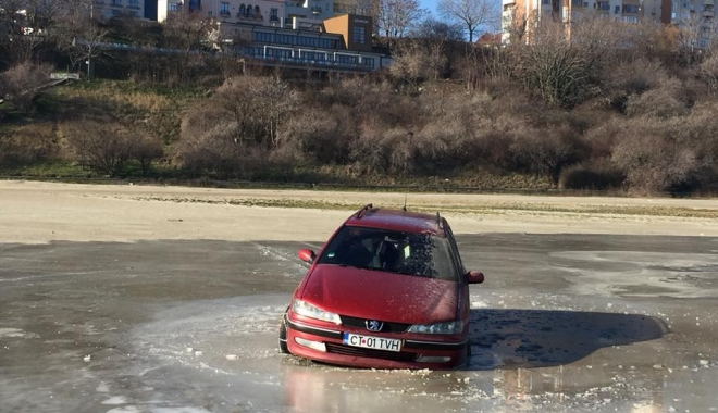 Femeia rămasă blocată cu mașina în gheața de la Modern,