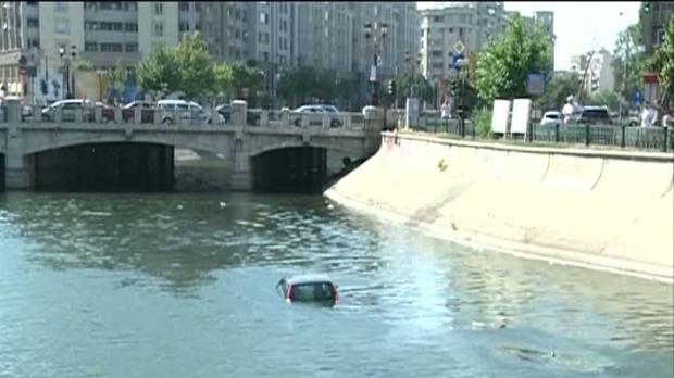 Foto: MAȘINĂ CĂZUTĂ ÎN APĂ. Șoferul a reușit să iasă singur