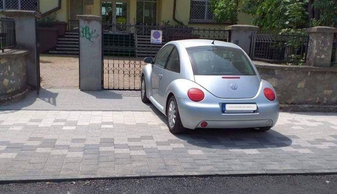 Mașină, parcată pe trotuarul proaspăt refăcut. Șoferul a fost amendat - masinaparcata-1589978944.jpg