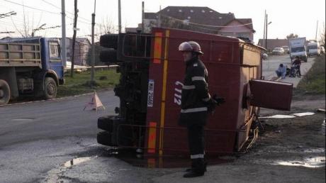 Foto: Patru pompieri, răniți după ce autospeciala în care se aflau s-a răsturnat