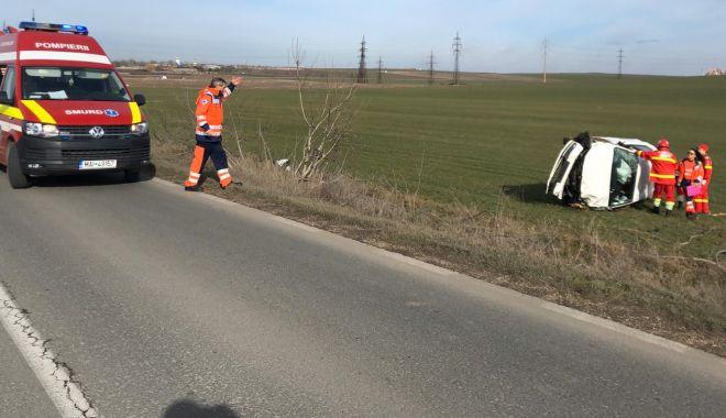 Foto: Mașină răsturnată pe câmp, din cauza vitezei!